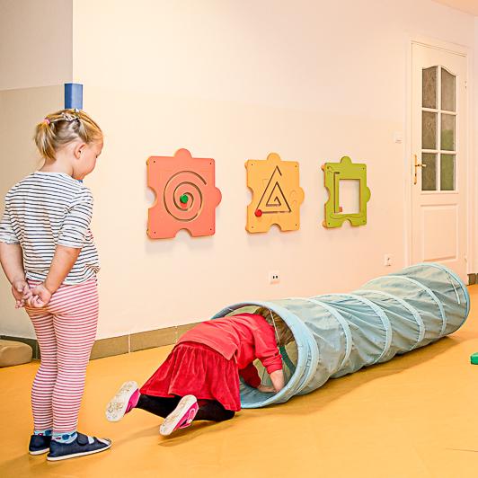 Dzieci rozwijające swoje umiejętności ruchowe.