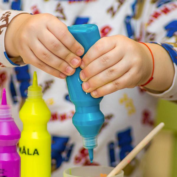 dziecko bawiące się farbami