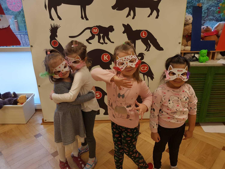Dziewczynki w maskach karnawałowych