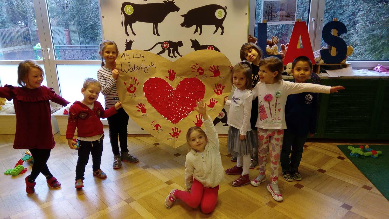 dzieci i walentynkowa dekoracja