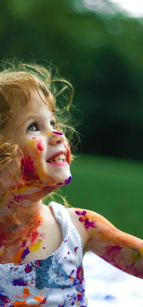 Dziecko ubrudzone farbami